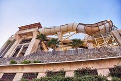 Waterpark em Dubai Corrediças no parque da água fotografia de stock