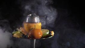 Waterpijp met ornagekom en vruchten stock videobeelden