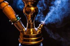 Waterpijp met rook stock afbeelding