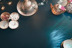 Waterpijp op de bovenkantmening van de glaslijst van koppenkaars en smartphone oostelijke theeceremonie Modieuze oosterse shisha  royalty-vrije stock fotografie