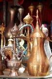 Waterpijp, theepotten en andere metaalwerken bij souk royalty-vrije stock afbeeldingen