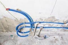 Waterpijpen van polypropyleen PEX in de muur, loodgieterswerk in het huis worden gemaakt dat De installatie van rioolpijpen in ee Royalty-vrije Stock Foto