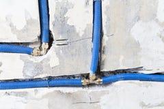 Waterpijpen van polypropyleen PEX in de muur, loodgieterswerk in het huis worden gemaakt dat De installatie van rioolpijpen in ee Stock Foto's