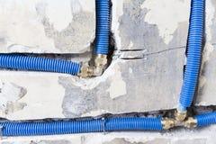 Waterpijpen van polypropyleen PEX in de muur, loodgieterswerk in het huis worden gemaakt dat De installatie van rioolpijpen in ee Stock Afbeeldingen