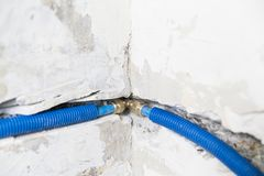 Waterpijpen van polypropyleen PEX in de muur, loodgieterswerk in het huis worden gemaakt dat De installatie van rioolpijpen in ee Stock Foto