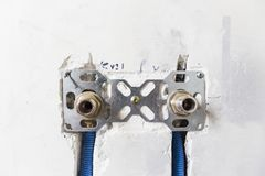 Waterpijpen van polypropyleen PEX in de muur, loodgieterswerk in het huis worden gemaakt dat De installatie van rioolpijpen in ee Royalty-vrije Stock Afbeeldingen