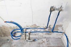 Waterpijpen van polypropyleen PEX in de muur, loodgieterswerk in het huis worden gemaakt dat De installatie van rioolpijpen in ee Royalty-vrije Stock Afbeelding