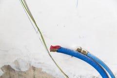 Waterpijpen van polypropyleen PEX in de muur, loodgieterswerk in het huis worden gemaakt dat De installatie van rioolpijpen in ee Royalty-vrije Stock Foto's