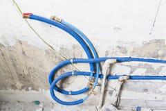 Waterpijpen van polypropyleen PEX in de muur, loodgieterswerk in het huis worden gemaakt dat De installatie van rioolpijpen in ee Royalty-vrije Stock Fotografie