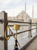 Waterpipe auf Galata-Brücke Stockfoto