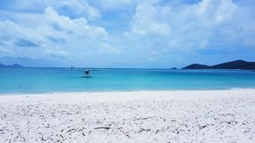 Waterplane sur la plage blanche de ciel l'île de Pentecôte dans l'Australie photographie stock libre de droits
