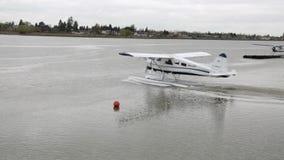 Waterplane, welches die Seeoberfläche wird fertig, von vom Wasser zu nehmen weitergeht stock video