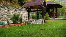 Waterpomp bij de put in de tuin stock video