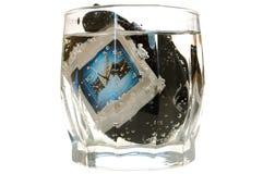 Waterproof o relógio no vidro com água. Imagens de Stock