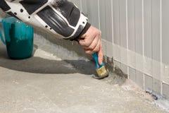 Waterproofing av en utvändig vägg-golv anslutning med mspolymertätningsmedel royaltyfri foto