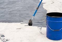 Waterproofing da escova do rolo Foto de Stock