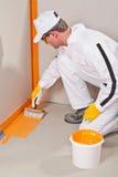 Waterproofing do trabalhador Imagens de Stock Royalty Free