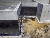 Waterproofing för fundament för nytt hus Arkivbild