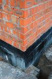 Waterproofing fundamentbitumen Fundament som Waterproofing, fuktiga provkopieringsbeläggningar Konstruktionstekniker för att wate Royaltyfria Bilder