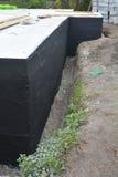Waterproofing podstaw ściany Podstawy Waterproofing i Wilgotni proofing narzuty Waterproofing domowa fundacyjna kiść na smole Fotografia Royalty Free