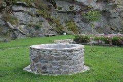 Waterput in tuin royalty-vrije stock fotografie