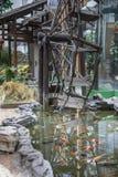 Waterrad door de vissenvijver royalty-vrije stock foto's