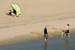 Waterrecreatie op het strand van de rivier Waal Stock Afbeeldingen