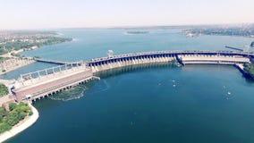 Waterreservoir die Water op de Hydro-elektrische Dam Luchtvideo schikken stock footage