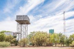 Waterreservoirs en een cellphonetoren in Jacobsdal stock afbeelding
