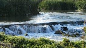 Waterrivier die in cascade bij zonsondergang lopen stock videobeelden