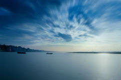 waterscape πολύ βάρκες τοπίων έκθεσης που πλέουν στον ποταμό Στοκ Εικόνα