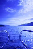 Waterscape azul do barco fotos de stock