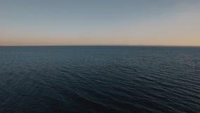 Waterscape con il mare blu profondo al tramonto stock footage