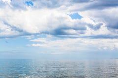 Waterscape con las nubes blancas y el mar tranquilo de Azov imagen de archivo