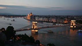 Waterscape da noite do centro de Budapest com a ponte Chain de Széchenyi filme