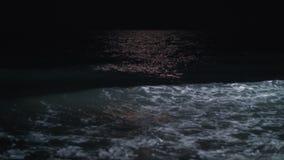 Waterscape de la noche con el balanceo del mar que agita adentro en la orilla metrajes