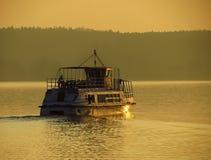 Waterscape de la puesta del sol con el pequeño vapor Imagen de archivo