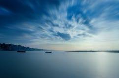 waterscape de lange boten die van het blootstellingslandschap in rivier varen Stock Afbeelding