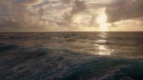 Waterscape del océano en la puesta del sol, visión aérea almacen de video