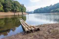 Waterscape escénico con la balsa de bambú en el parque nacional de Periyar, la India fotos de archivo libres de regalías