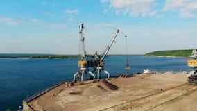 Waterscape met twee graafwerktuigen die puin verplaatsen stock videobeelden