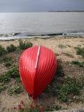 Waterscape: Poco barco rojo del montar a caballo Fotografía de archivo