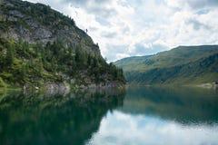 Waterscape vaggar igenom, berg och pinjeskogen, Salzburg, Österrike Royaltyfri Bild
