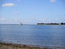 Waterscape: Vela do ajuste em mares calmos Imagens de Stock Royalty Free