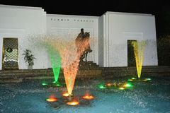 Watershow met blauwe lichten op het water stock afbeeldingen