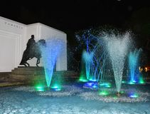Watershow met blauwe lichten op het water stock foto's