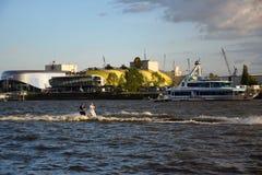 Waterski show, Hafengeburtstag St Pauli-Landungsbrucken royaltyfria foton