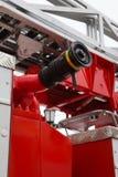 Waterslangen in Brandvrachtwagen - groot rood Russisch brandbestrijdingsvoertuig Stock Fotografie