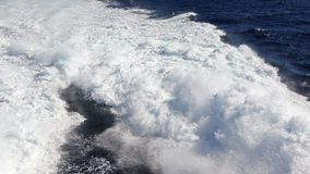 Watersleep die achter een veerboot in de Atlantische Oceaan schuimen stock videobeelden