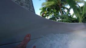 Waterslide на парке aqua курорта каникул имея потеху и играть сток-видео